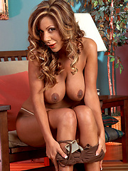 Bronzed MILF loves her pussy with pink toy