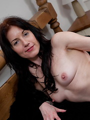 Brunette mature slut plays when shes alone