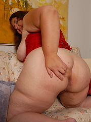 Voluptuous Sandy gets horny and shows all
