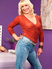 Mature adult model Andi Roxxx interview