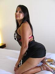 Huge dildo toy in aged latina vagina