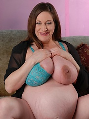 Pregnant mom aka Kitty Lee and her melons fully hot milk