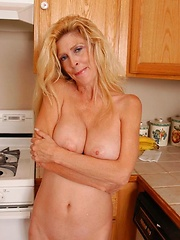 Amateur mature spreading her long legs and showing pussy