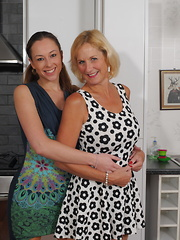 Beauty loves to fool around with mature lady