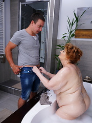Big mature lady getting a scrub in her bath