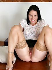 Sex craving cougar shoves a dildo deep in her pussy