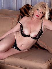 Blondie mature Dawn Jilling posing