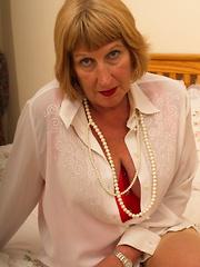 Chubby British mature lady getting naughty